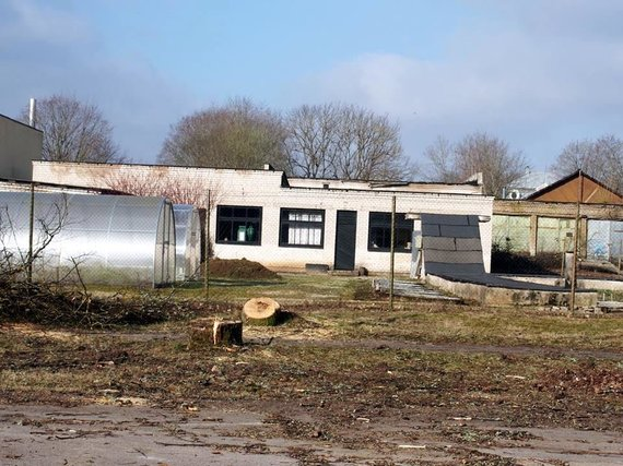 Jadvygos Chludok nuotr./Po kirtimų atsivėrusių sovietinių garažų ir šiltnamių fone