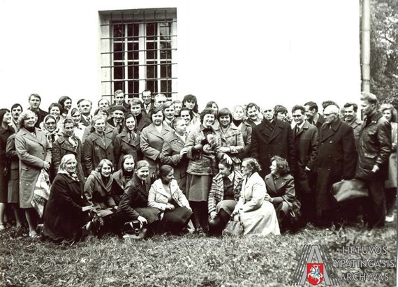 Lietuvos ypatingojo archyvo nuotr./Kunigas Juozas Zdebskis (antroje eilėje, stovi pirmas iš dešinės) su žmonėmis, atvykusiais į Angelės Ramanauskaitės teismą. Baltarusijos SSR, Astravas. 1979 m. liepos 18 d. Fotonuotrauka. Lietuvos ypatingasis archyvas, f. K-30, ap. 1, b. 884, l. 266-1. A. Ramanauskaitė buvo teisiama už tai, kad Bal