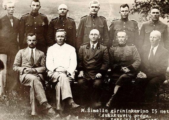 Valstybinio Vilniaus Gaono žydų muziejaus nuotr./Mykolo Šimelio girininkavimo 15-ųjų sukaktuvių proga Tarpumiškių kaime. Pirmoje eilėje centre – girininkas Mykolas Šimelis (1936 metai).