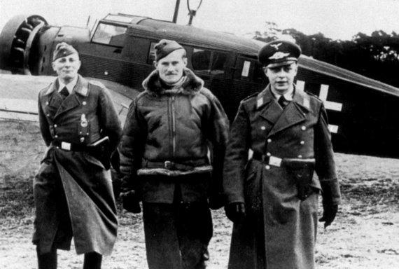 Leidyklos nuotr./Vokiečių oro pajėgų karininkai lydi į nelaisvę patekusį britų pilotą