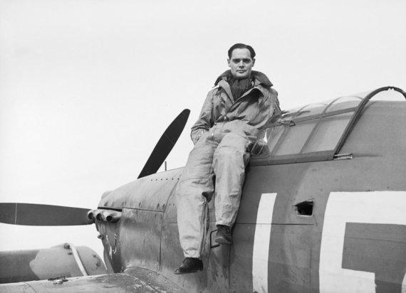 Leidyklos nuotr./Britų pilotas pulkininkas D. Baderis prieš vokiečius kariavo užsidėjęs protezus vietoj per nelaimingą įvykį prarastų kojų