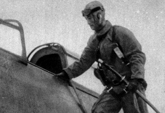 """Leidyklos """"Briedis"""" nuotr./Japonų pilotas lipa į lėktuvą. Prie šono kabo samurajaus kardas – neatsiejamas Japonijos karininko atributas."""