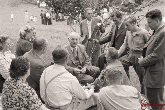 Lietuvos ypatingojo archyvo nuotr./Lietuvos SSR Aukščiausiosios Tarybos Prezidiumo pirmininkas Justas Paleckis (sėdi centre) su grupe Amerikos lietuvių, grįžusių gyventi į Lietuvą, iškylos metu. Trakai. 1956 m. liepos mėn. Nuotraukos autorius Eugenijus Šiško. Lietuvos centrinis valstybės archyvas, 0-057668. J. Paleckis (1899–1980),