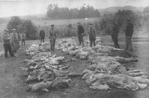 utenoszydai.lt nuotr./Sovietų ypatingoji komisija 1944 m. tiria masinę kapavietę Utenoje, Rašės miške