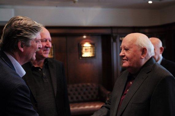Projekto partnerių nuotr./Rež. A.Singeris sveikanasi su M.Gorbačiovu