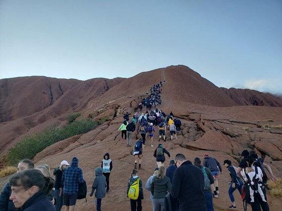"""""""Reuters""""/""""Scanpix"""" nuotr./Turistai plūsta prie Australijos Uluru kalno paskutiniam kopimui"""