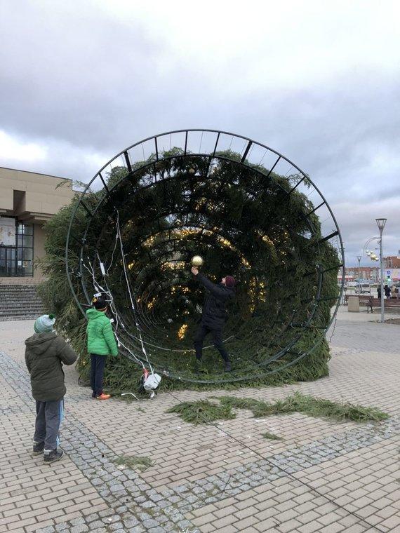 15min skaitytojo nuotr./Mažeikiuose vėjas nuvertė Kalėdų eglutę