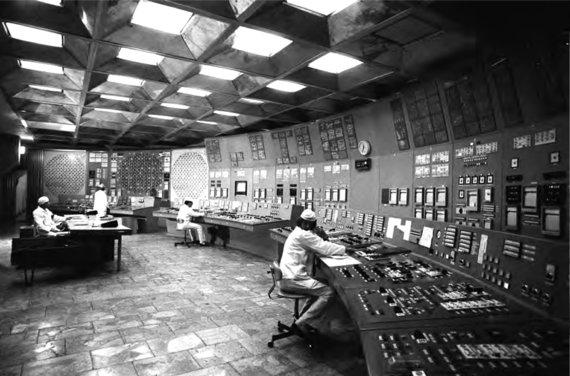 """RIA Novosti, """"Sputnik"""" medžiaga / Leidyklos nuotr./Černobylio AE branduolinio reaktoriaus valdymo skyrius prieš sprogimą. Salės centre – pamainos vadovo darbo stalas, operatoriai sėdi prie valdymo pultų. 1985 m. lapkritis."""