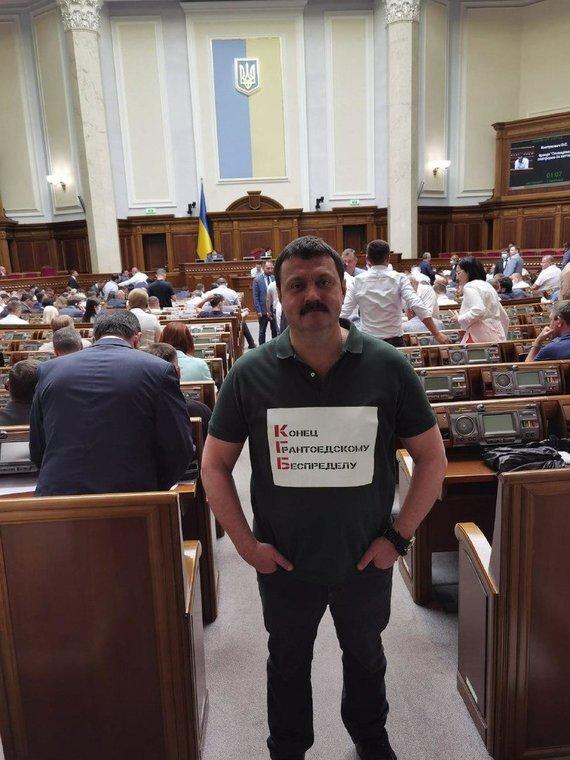"""informnapalm.org nuotr./Nuotrauka paimta iš A.Derkačo Facebook puslapio. KGB santrumpa yra vaizduojama kaip priešprieša Vakarus palaikantiems """"grantų ėdikams""""."""