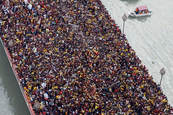 """""""Reuters""""/""""Scanpix"""" nuotr./Maniloje vykstanti Juodojo Nazariečio vežiojimo procesija"""