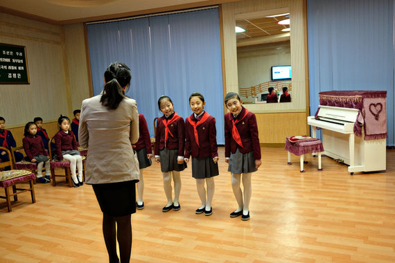 Karolio Žukausko nuotr./Sportas ir menas per muštrą Šiaurės Korėjoje