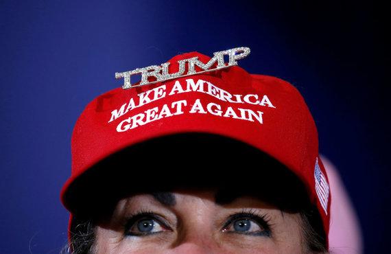 """""""Reuters""""/""""Scanpix"""" nuotr./Kepurė su užrašu """"Paverskime Ameriką vėl didžia"""""""