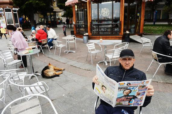 """""""Sputnik"""" nuotr./Vyras skaito laikraštį """"Komsomolskaja pravda"""""""