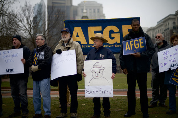 """AFP/""""Scanpix"""" nuotr./Vyriausybės įstaigų darbuotojai priešinasi uždarymui"""