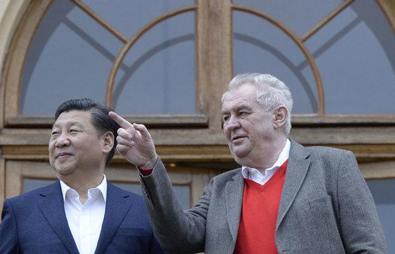 """AFP/""""Scanpix"""" nuotr./Xi Jinpingas ir Milošas Zemanas"""