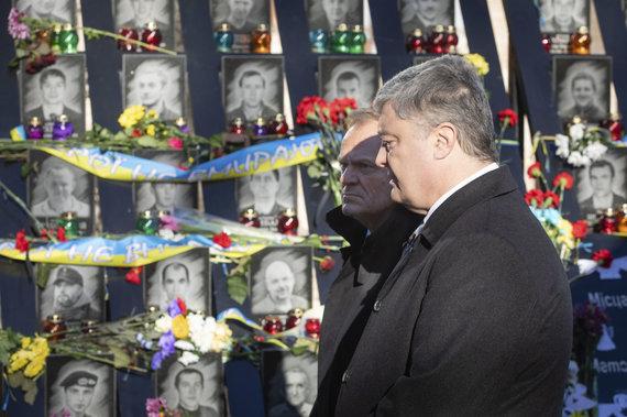 """""""Scanpix""""/AP nuotr./Petro Porošenka ir Donaldas Tuskas pagerbia """"Dangiškosios šimtinės"""" atminimą"""