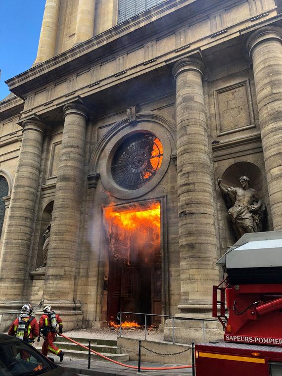 """""""Reuters""""/""""Scanpix"""" nuotr./Gaisras Sen Siulpiso bažnyčioje"""