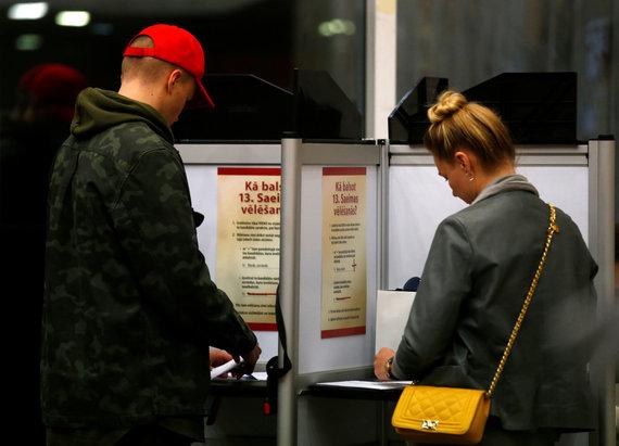 """""""Reuters""""/""""Scanpix"""" nuotr./Latviai balsuoja"""