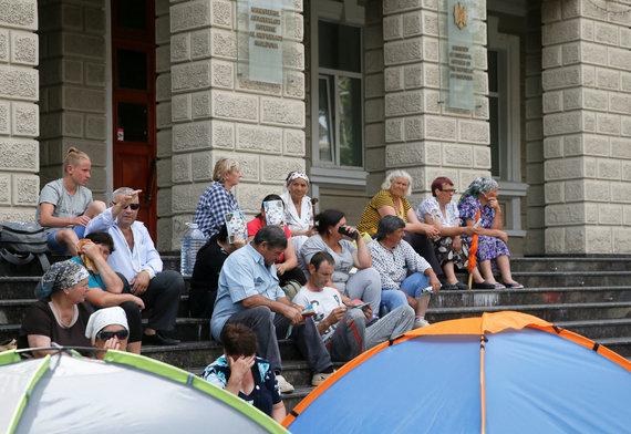 """""""Reuters""""/""""Scanpix"""" nuotr./Moldovos Demokratų partijos rėmėjai prie Konstitucinio Teismo"""