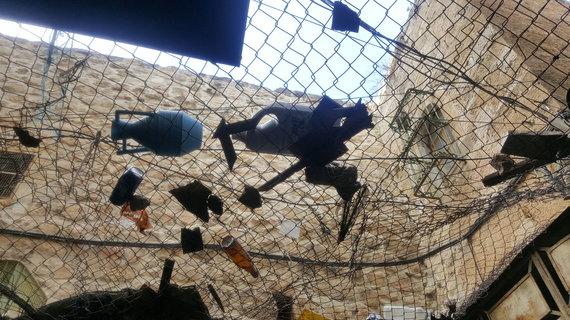 Eglės Krištopaitytės nuotr./Nuo šiukšlių ir akmenų saugantis tinklas Hebrone