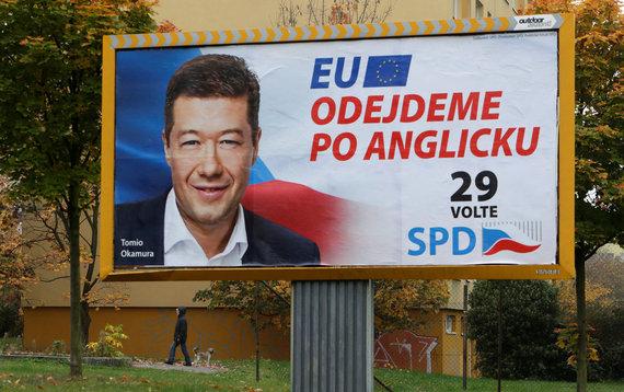 """""""Reuters""""/""""Scanpix"""" nuotr./Už Tomio Okamurą balsuoti raginantis plakatas"""