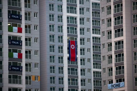 """""""Scanpix""""/AP nuotr./Šiaurės Korėjos vėliava olimpiniame miestelyje"""