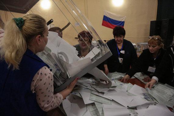 """AFP/""""Scanpix"""" nuotr./Simferopolyje skaičiuojami balsai"""
