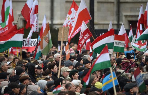 """AFP/""""Scanpix"""" nuotr./Viktorą Orbaną palaikantys vengrai"""