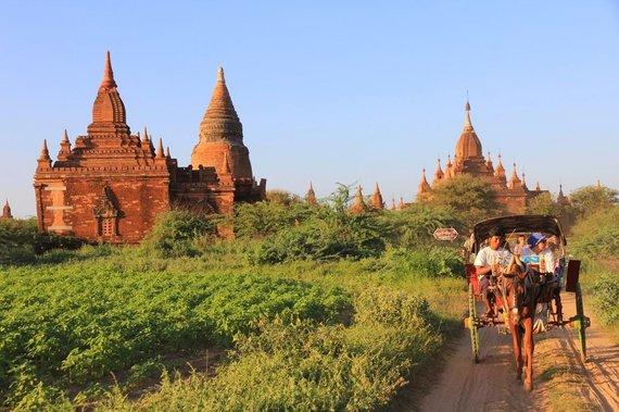 """Kelionių organizatoriaus """"GRŪDA"""" nuotr./Pasivažinėjimas po garsųjį pagodų slėnį Bagane arklių traukiamomis bričkomis"""