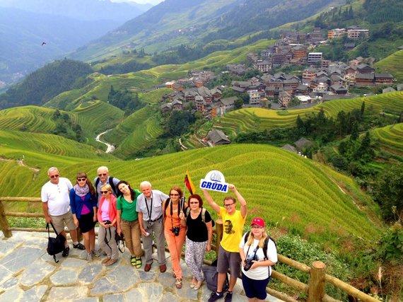 """Kelionių organizatoriaus """"GRŪDA"""" nuotr./""""GRŪDOS"""" keliautojai Kinijoje, Longšenge, Drakono kupros ryžių laukų terasose"""