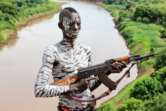 """Kelionių organizatoriaus """"GRŪDA"""" nuotr./Karo genties vyras ant Omo upės skardžio, Etiopija"""