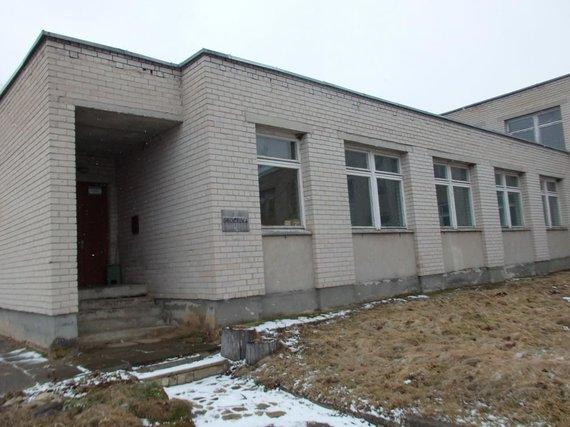 Evarzytynes.lt nuotr. /Šiaulių r. pardavinėjamame buvusios mokyklos pastate vis dar veikia biblioteka