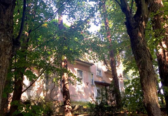 Tarp medžių pasislėpę apleisti namai Jūrmaloje