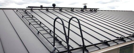 Partnerio nuotr./Skandinavijos šalyse stogas laikomas nebaigtu, jei ant jo nėra sumontuoti stogo saugos elementai, užtikrinantys žmogaus saugumą laipiojant ant stogo bei apsaugantys šalia stogo esančius žmones, automobilius, dekoratyvinius kiemo augalus ar kitus daiktus.