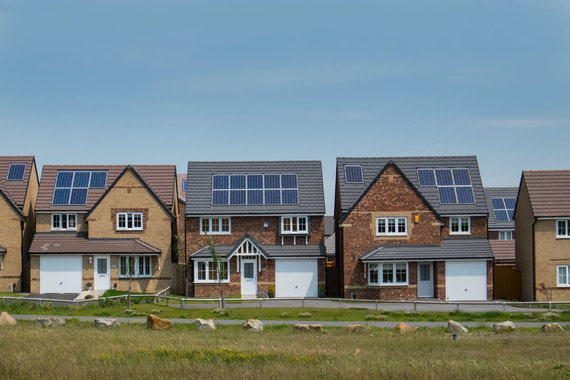 123RF.com nuotr./Saulės jėgainės ant naujų namų stogų