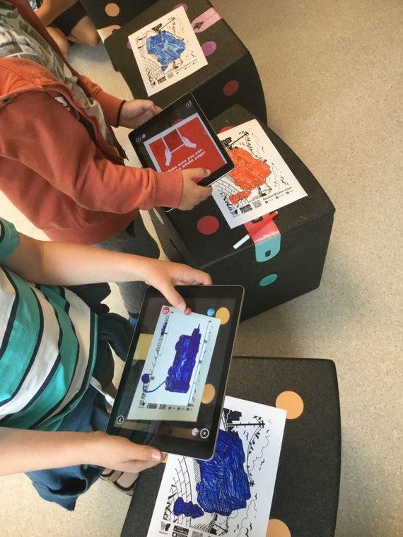 Vaikai, pamokose naudojantys planšetes