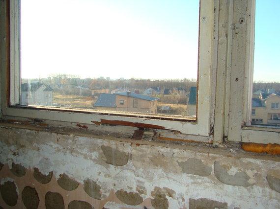 """Bendrovės """"Sabelija"""" nuotr. /Nesandarus daugiabučio langas"""