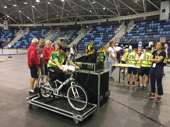 Lietuvos automobilininkų sąjunga/Lietuvos komandos atstovė išbando virtualų dviratį