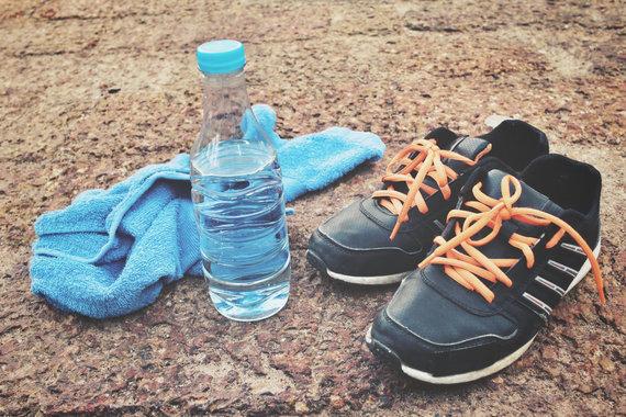 123RF.com nuotr./Treniruotei nepamirškite sportbačių, rankšluosčio ir vandens
