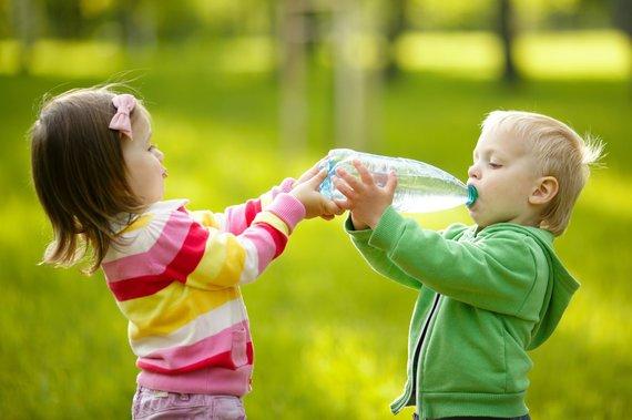 123RF.com nuotr./Vaikai geria mineralinį vandenį