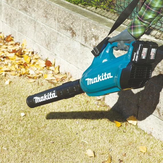 """Bendrovės """"Makita"""" nuotr. /Lapų pūtiklis padeda teritoriją sutvarkyti kelis kartus greičiau"""