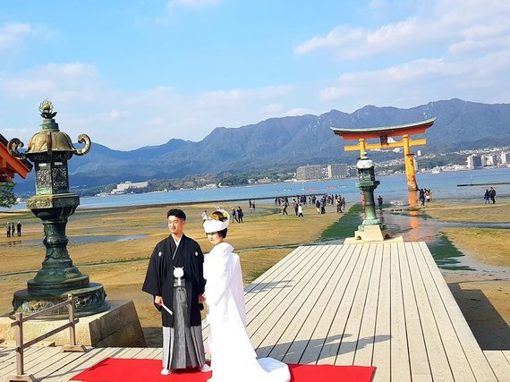 """Kelionių organizatoriaus """"GRŪDA"""" nuotr. /Jaunavedžiai, vilkintys tradicinius vestuvinius kimono"""