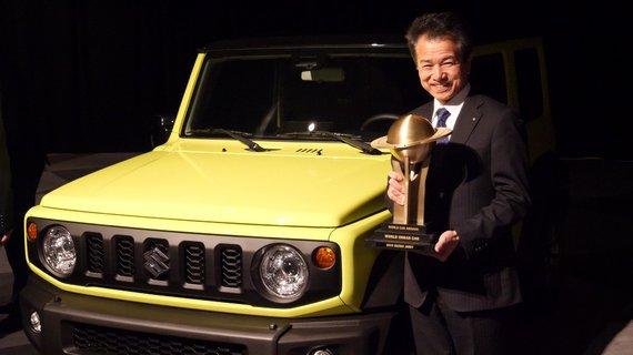"""Kompanijos """"Suzuki"""" nuotr. /""""World Car Awards"""" apdovanojimų Niujorke akimirka. """"Suzuki Motor Corporation"""" prezidentas Toshihiro Suzuki šalia visureigio """"Jimny"""""""