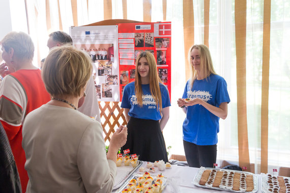 """Marijaus Vaisėtos nuotr. /""""Erasmus+"""" stažuočių patirties pristatymas - vaišina Danijoje stažuotę turėjusios merginos"""