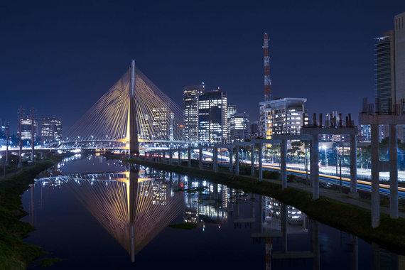 123RF.com nuotr./San Paulas naktį ir garsus miesto pakabinamas tiltas Ponte Estaiada