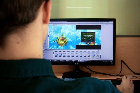 Mykolo Romerio universiteto (MRU) nuotr. /Artūras Gumbaragis kuria kompiuterinį žaidimą