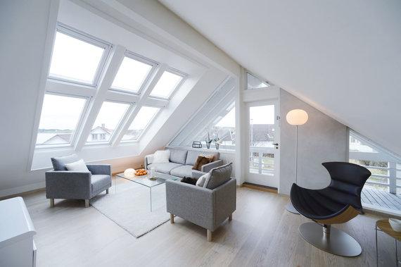 """Bendrovės """"VELUX"""" nuotr./Norvegijos Stavanger mieste įrengta palėpė su balkonu ir vaizdu į fjordą"""
