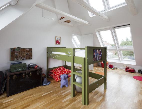 """Bendrovės """"VELUX"""" nuotr./Danijos Hellerupo mieste įrengus stoglangius antrame aukšte buvo sukurta daug šviesios erdvės vaikams"""
