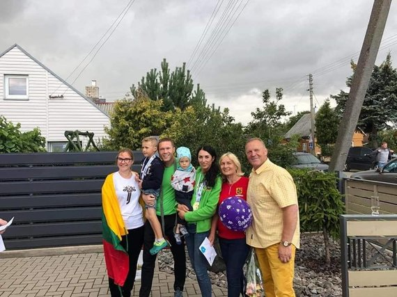 Asmeninio archyvo nuotr. /Neringą ir Vytautą Kirkliauskus po pergalės namuose pasitiko tėvai, draugai, artimieji.