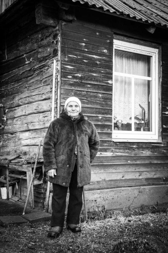 Pauliaus Vaitelio nuotr. /Aldona Ilickienė iš Mančiagirės kaimo pina šiaudinius sodus